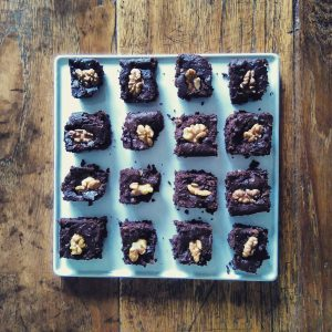 zwarte bonen brownies op plateau